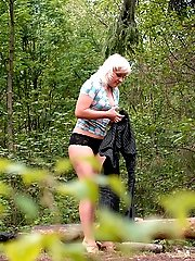 16 pictures - Shameless blonde hoochie peeing at a picnic site