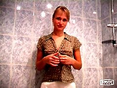 4 movies - See a skinny blonde beauty piddling into the bath